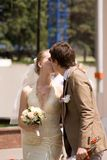 Nyligen-att gifta sig koppla ihop royaltyfri foto
