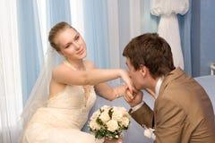 Nyligen-att gifta sig koppla ihop arkivbilder