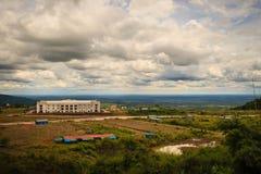 Nyligen byggnad för kasinosemesterorthotell på Chong Arn Ma, Thailändsk-Cambodja gränsövergång (som kallas en Ses i Cambodja) opp arkivfoto