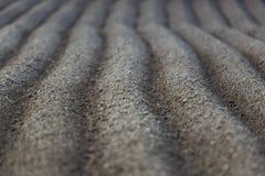 Nyligen fårad jordbruksmark med symmetriska fåror Arkivfoto