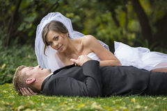 Nyligen gift par royaltyfri bild