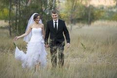 Nyligen gift par i naturlig utomhus- miljö royaltyfria bilder