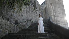 Nyligen gift par om forntida slott stock video