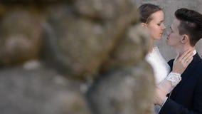 Nyligen gift par på den tropiska stranden efter solnedgångbröllop arkivfilmer