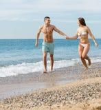 Nyligen gift par på stranden Arkivbild