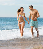 Nyligen gift par på stranden Royaltyfria Foton