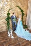 Nyligen gift par som älskar par för bröllopet Man och kvinna som älskar sig Brud i den turkosklänningen och brudgummen Royaltyfri Foto