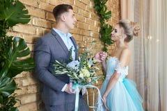 Nyligen gift par som älskar par för bröllopet Man och kvinna som älskar sig Brud i den turkosklänningen och brudgummen Arkivfoto