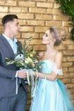 Nyligen gift par som älskar par för bröllopet Man och kvinna som älskar sig Brud i den turkosklänningen och brudgummen Arkivbild