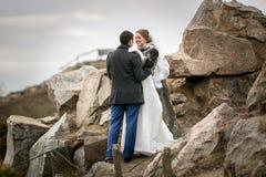 Nyligen gift par som går på höga berg Arkivfoton
