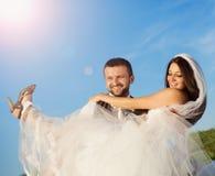 Nyligen gift parstående med blå himmel royaltyfria bilder