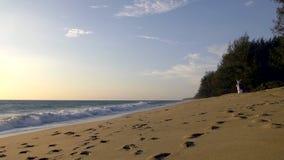 Nyligen-gifta sig par som tar bröllopbilder på stranden på solnedgången - ultrarapid 3 lager videofilmer