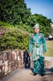 Nyligen gifta sig posera för brudgum Royaltyfri Bild