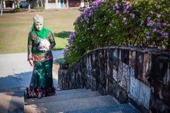 Nyligen gifta sig posera för brud Fotografering för Bildbyråer