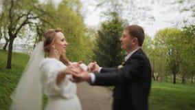 Nyligen händer och kyssa för gift parinnehav lager videofilmer