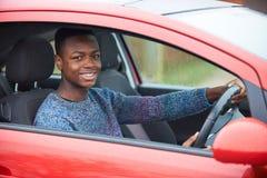 Nyligen kvalificerad chaufför Sitting In Car för tonårs- pojke Royaltyfri Fotografi