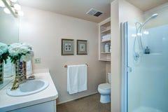 Nyligen omdanat badrum med neutrala väggar Arkivbilder