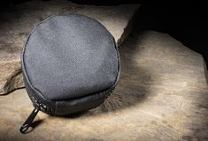 Nylonpåse för taktiskt kugghjul på stora stenar arkivbilder