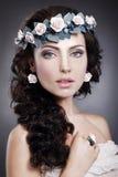 Nymf. Stående av den äkta ursnygga kvinnan i krans av blommor Fotografering för Bildbyråer