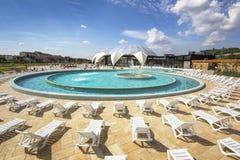 Am Nymphaea Aquapark in Oradea ein Sonnenbad nehmen, Rumänien Lizenzfreies Stockfoto