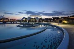 Nymphaea Aquapark 's nachts in Oradea, Roemenië Stock Afbeelding