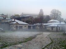Nymphaeon-traditiona griechisches Dorf im Nebel Lizenzfreies Stockfoto