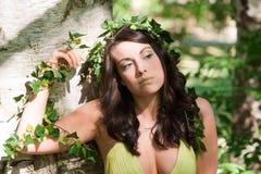 Nymphe, die einen Baum umarmt stockbild
