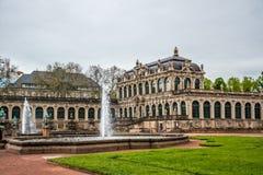 Nymphenbad喷泉和Zwinger宫殿  王宫在德累斯顿,德语 免版税库存照片