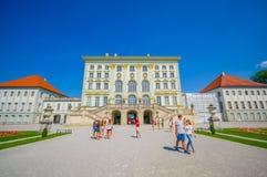 Nymphenburg,德国- 2015年7月30日:美丽的宫殿大厦如被看见从外部正面图,与金黄de的皇家建筑学 免版税图库摄影
