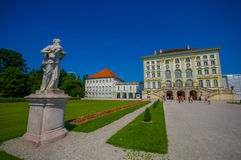 Nymphenburg,德国- 2015年7月30日:美丽的宫殿如被看见从与雕象的距离在大道的两边 免版税库存图片
