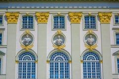 Nymphenburg, Alemanha - 30 de julho de 2015: A fachada do palácio do close up que mostram grandes janelas e diversas rebentam esc Imagens de Stock