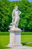 Nymphenburg, Duitsland - Juli 30, 2015: Neptunbeeldhouwwerk, koning van het overzees, mooie zonnige dag, groene gras en struiken  Royalty-vrije Stock Fotografie