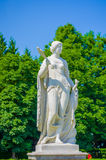 Nymphenburg Niemcy, Lipiec, - 30, 2015: Rzeźba kobieta, piękny słoneczny dzień, zielona trawa i krzaki w pałac, uprawia ogródek Zdjęcie Stock