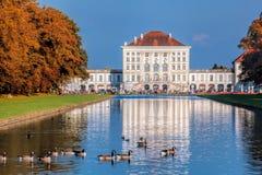 Nymphenburg slott med den kungliga trädgården i Munich, Tyskland Royaltyfri Fotografi