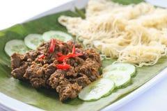 Nyonya与牛肉rendang的roti jala 免版税库存图片