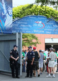 NYPD准备好的警察保护公众在比利・简・金国家网球中心在美国公开赛期间2013年 图库摄影