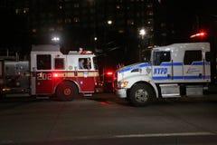 NYPD卡车和FDNY救火车在犯罪现场在一个恐怖袭击站点附近在更低的曼哈顿 免版税库存图片