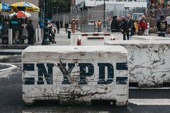 NYPD在街道上部署的水泥路障块在纽约,美国 免版税库存照片