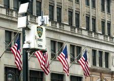 NYPD安全监控相机和美国旗子 库存照片