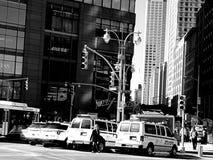 NYPD搬运车和汽车停放了外部王牌塔 库存图片