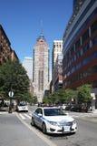 NYPD汽车在自由塔附近提供安全 库存图片