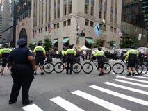 NYPD自行车小队,反王牌集会, NYC, NY,美国 库存照片