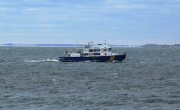 NYPD łódkowata providing ochrona podczas Miasto Nowy Jork maratonu 2014 Zdjęcie Stock