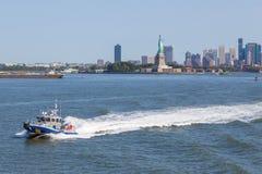 NYPD łódkowata patroluje Wschodnia rzeka Tło drapaczach chmur i - bydło Obraz Royalty Free