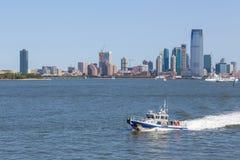 NYPD łódkowata patroluje Wschodnia rzeka W tło drapaczach chmur Nowych - bydło Fotografia Royalty Free