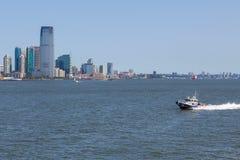 NYPD łódkowata patroluje Wschodnia rzeka W tło drapaczach chmur Nowych - bydło Obraz Royalty Free