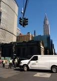 NYPD που κατευθύνει την κυκλοφορία κοντά στο μεγάλο κεντρικό τελικό, μεγάλο κεντρικό σταθμό, κτήριο Chrysler κατά την άποψη, πόλη Στοκ Φωτογραφίες