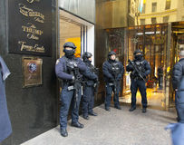 NYPD перед башней козыря в NYC Стоковые Фото