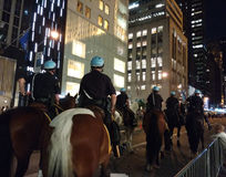 NYPD登上的警察,反对唐纳德・川普, NYC, NY,美国的政治集会 免版税库存图片