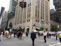 NYPD登上的警察,反对唐纳德・川普, NYC, NY,美国的政治集会 库存图片